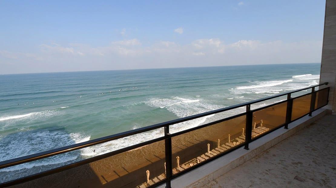 מרפסת עם נוף לים