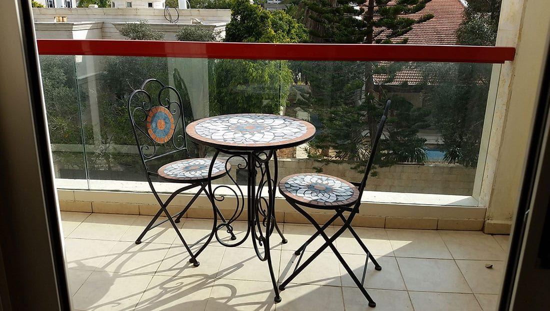 מרפסת עם כיסאות ושולחן\