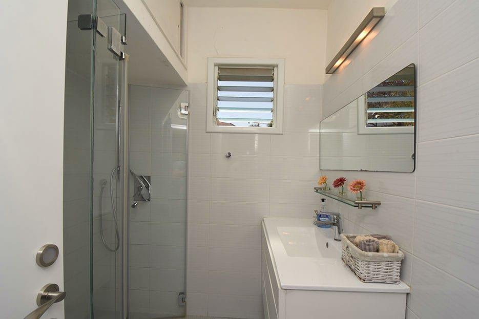 מקלחת בדירה