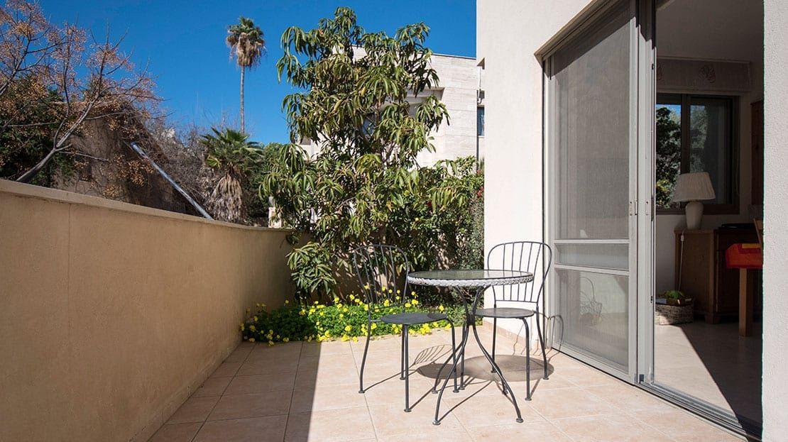 גינה עם כיסאות ושולחן