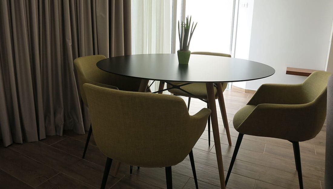 שולחן עגול וכיסאות