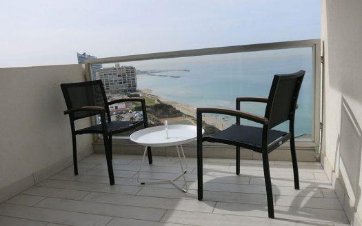 מרפסת עם שולחן וכיסאות