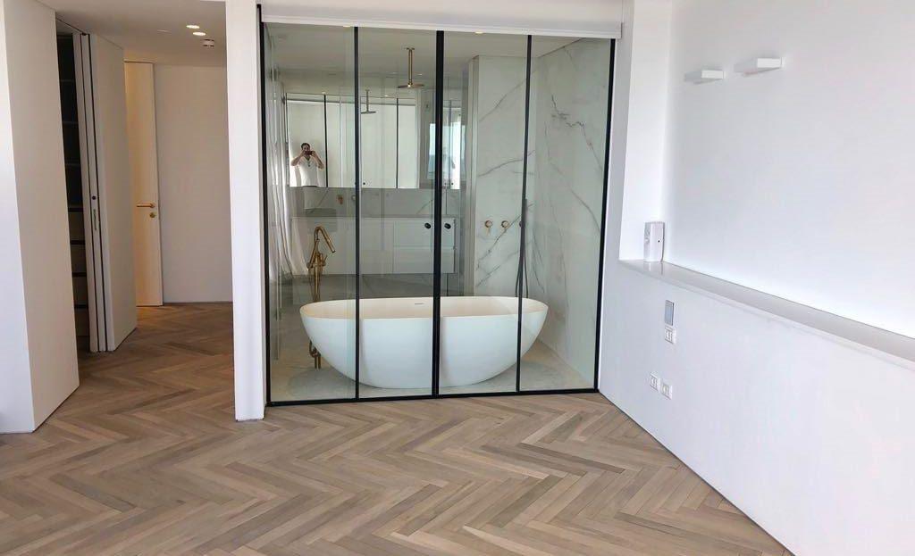 חדר שינה עם מקלחת