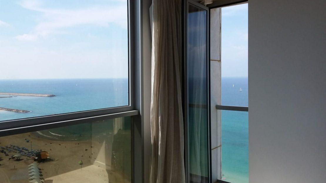 נוף לים מחלון דירה