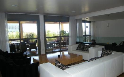 הסלון והמרפסת בדופלקס