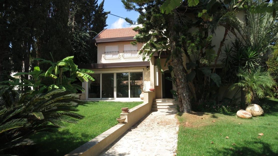גינה וחזית הבית